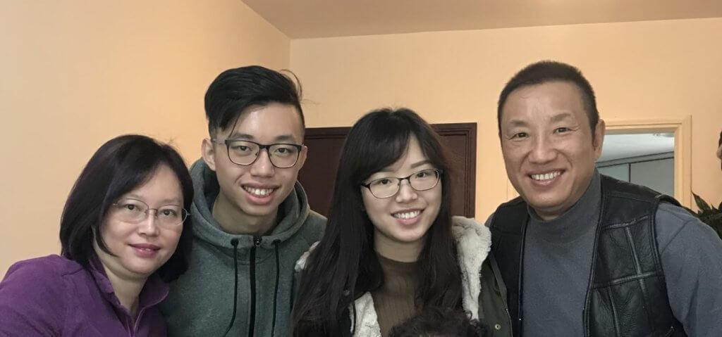 黃煒溏一家四口合照,他的長女已碩士畢業,現時在上市公司工作,兒子則讀大學三年級,他坦言自己讀書不多,兒女成才令他倍感安慰。