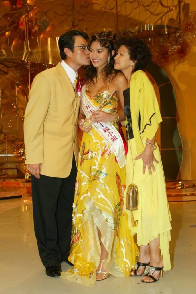 長女鄧上文參加港姐奪得最上鏡小姐,鄧英敏和太太上前吻賀。