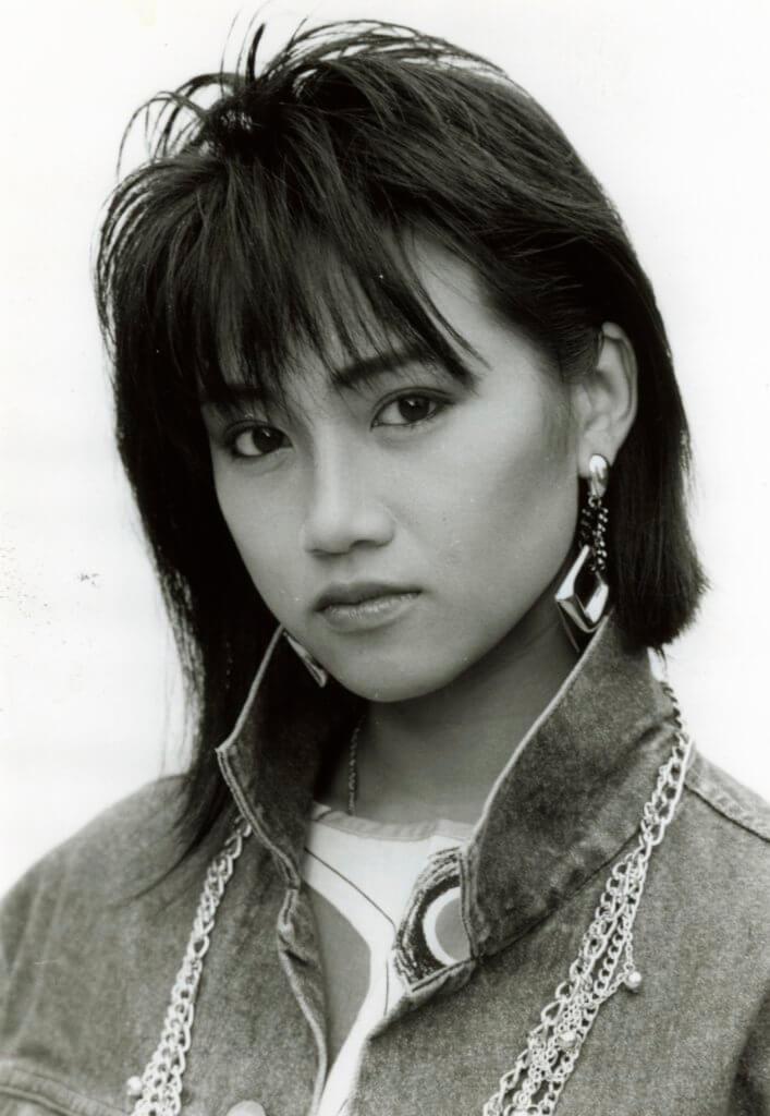 陳安瑩的壞女孩造型,她為了演好角色,到旺角商場門外觀察「崩妹」。