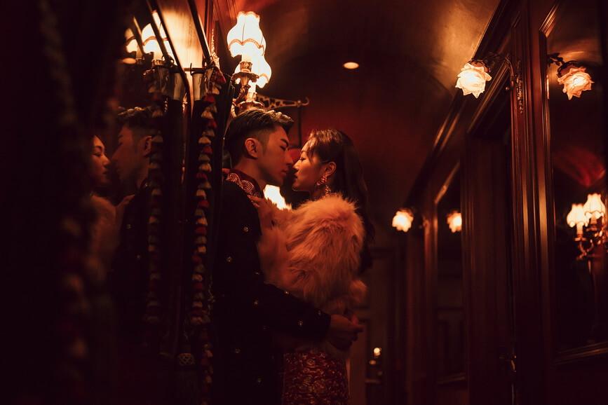 袁偉豪希望Pre wedding照片可到南非拍攝。可是因為疫情問題未能出埠,只能在香港拍攝,婚照選了張敬軒開設的仙后餐廳取景,一對新人穿上傳統中式馬褂及裙褂大玩潮味婚照,Bowie的裙褂外加粉紅色毛毛褸,猶如超模上身。