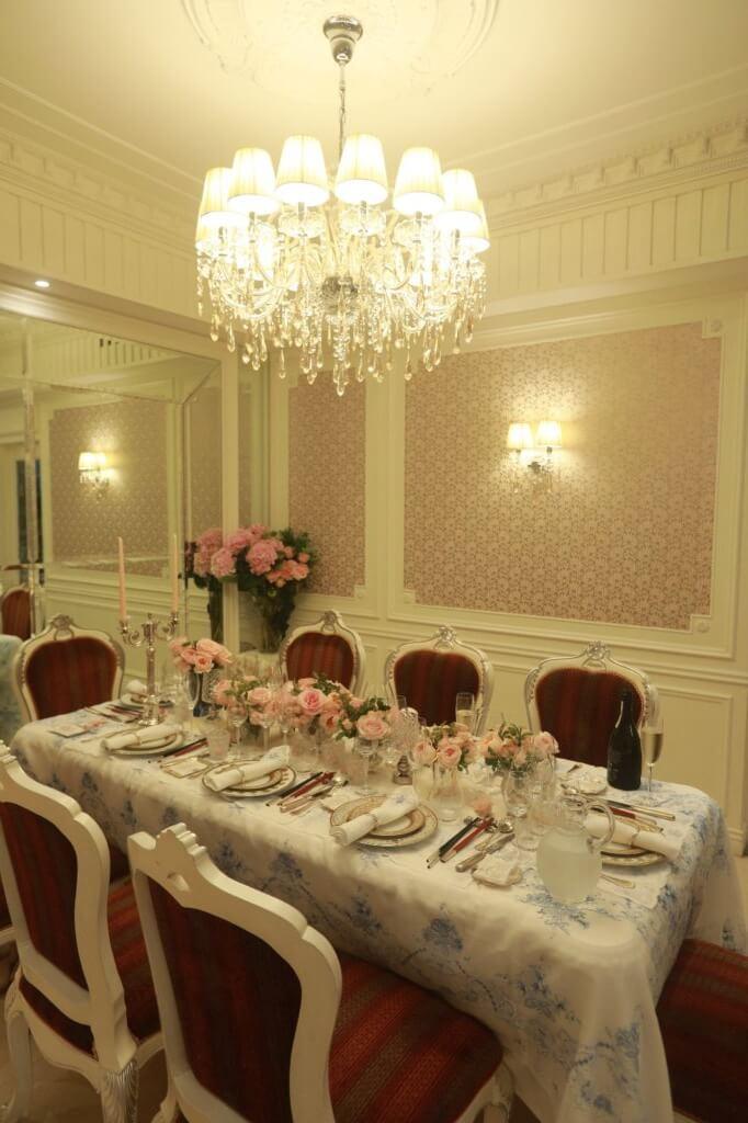 餐桌上的餐巾繡了不同的英文字母,可根據客人姓名安排合適座位。