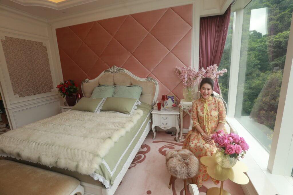 環姐臥室集齊睡房、化妝間及衣帽,由三間房打通。