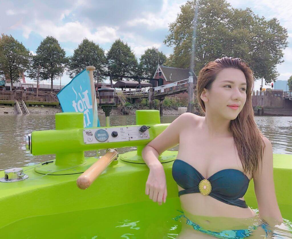 阮兒穿上三點式泳裝在荷蘭駕駛柴火驅動船,發生了小意外,幸好沒有受傷。