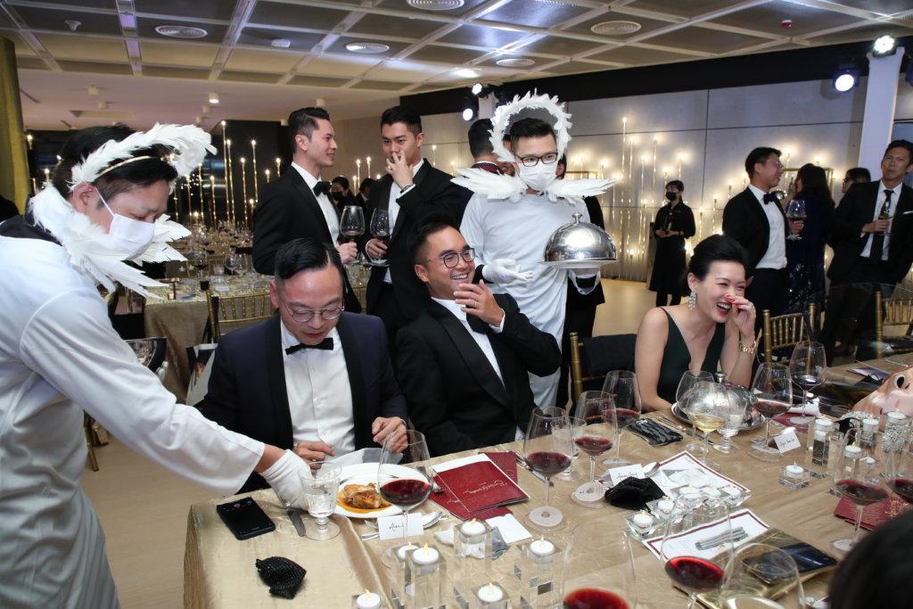 是夜共有四道菜式,每一道菜上菜時,侍應也會穿上一四四五年時期的不同服飾,為嘉賓帶來歡樂。
