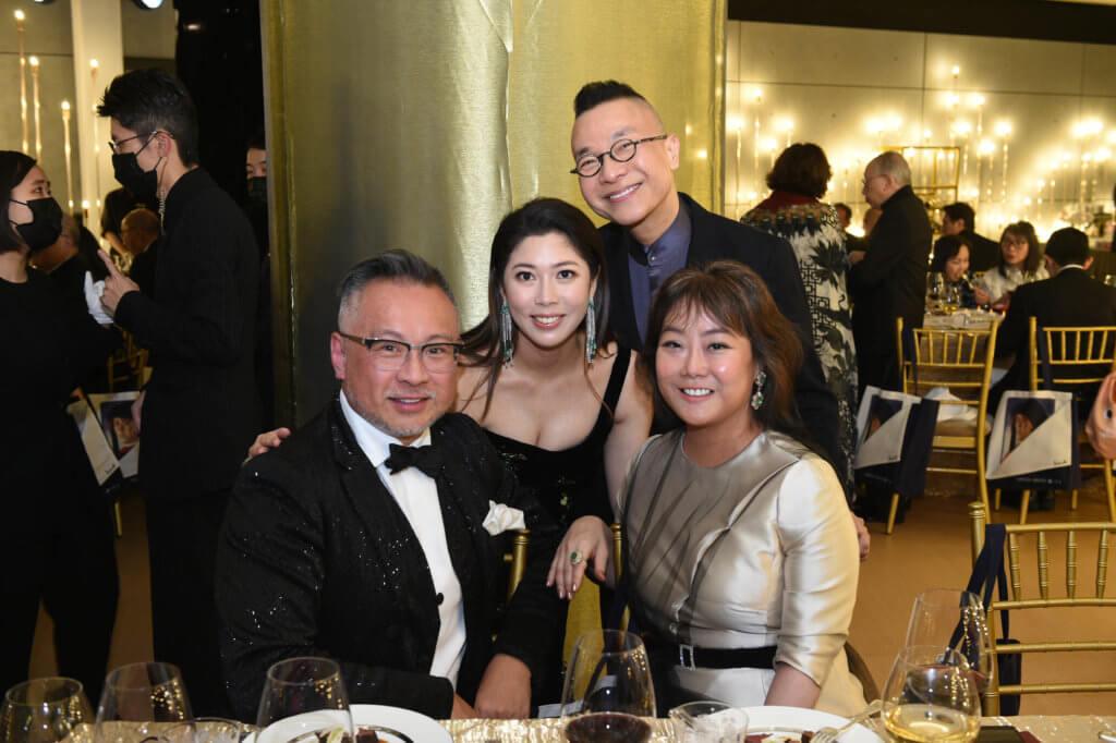 鄭兆良與廖偉芬在晚宴開始後匆匆趕到場,幸好沒有錯過精采節目。