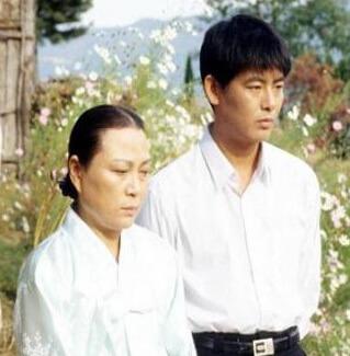 成東溢在九二年演出的劇集中,身形適中,不過當時他事業陷於低谷。
