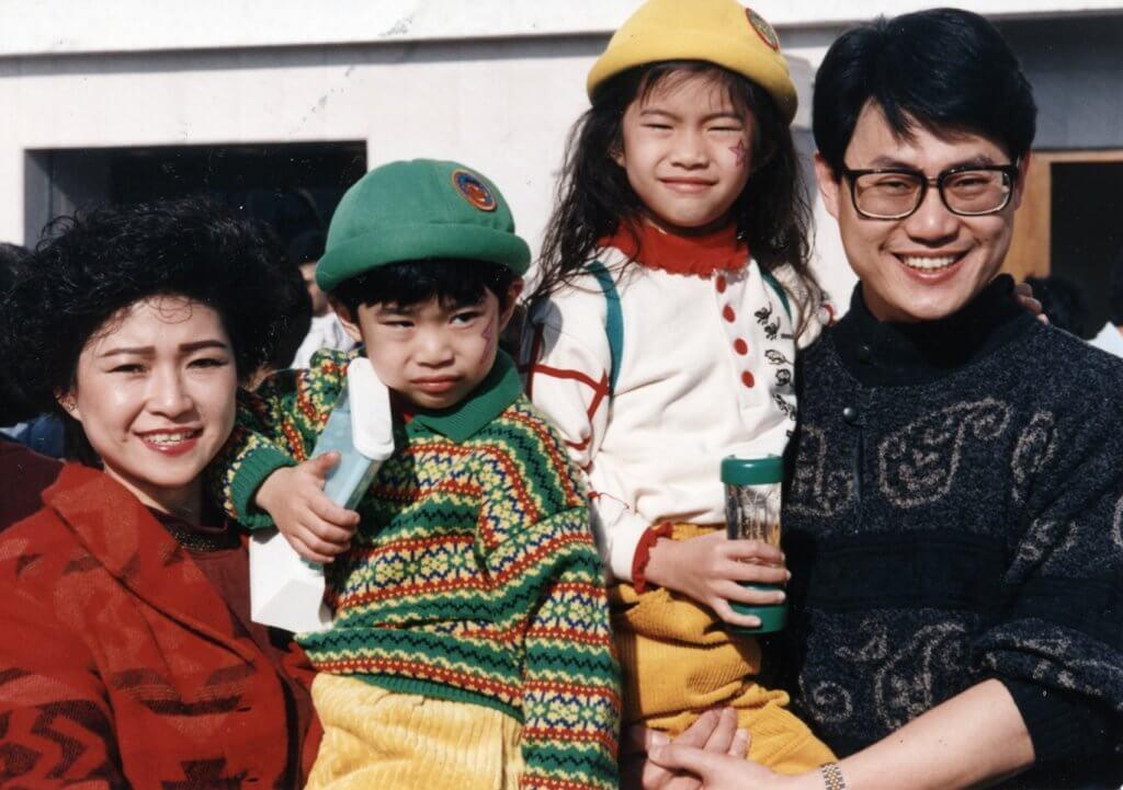 鄧英敏夫婦育有一女一子,長女鄧上文Shermon ,幼子Chris。