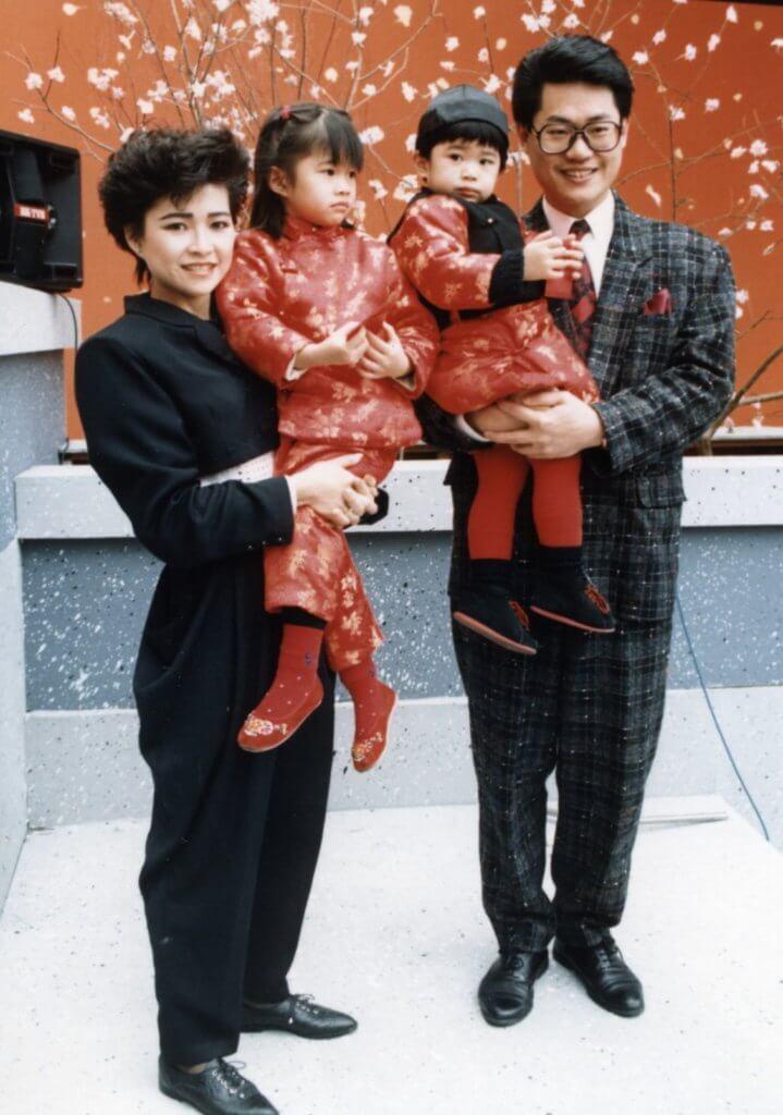 鄧英敏與妻子及一對子女向觀眾拜年