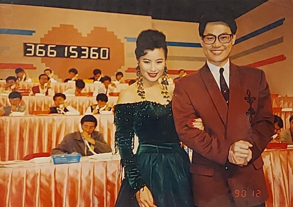 一看李美鳳和鄧英敏背後的數字,就知是籌款節目現場。