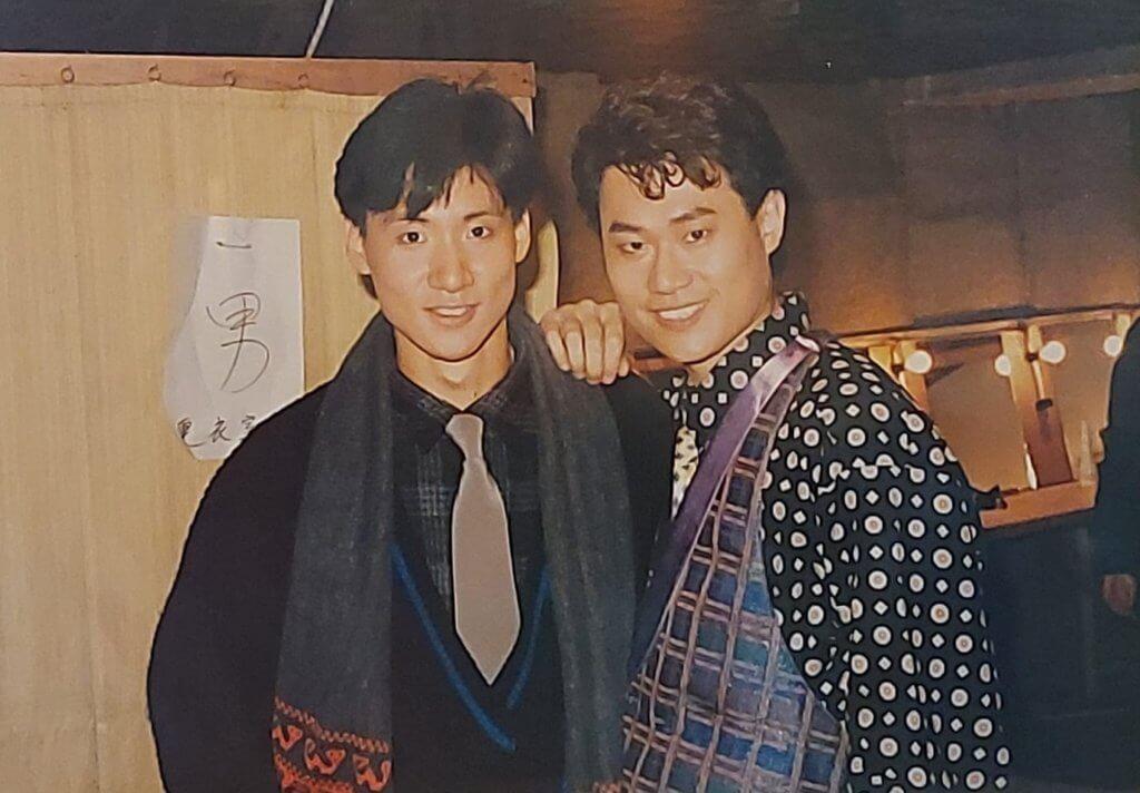 八十年代張學友仍是新人的時期,鄧英敏作潮look打扮,在化妝間合照。