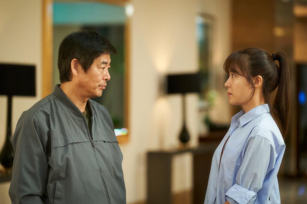 片中他和金熙元養育幼女成人,河智苑飾演長大了的女兒,成為出色翻譯。