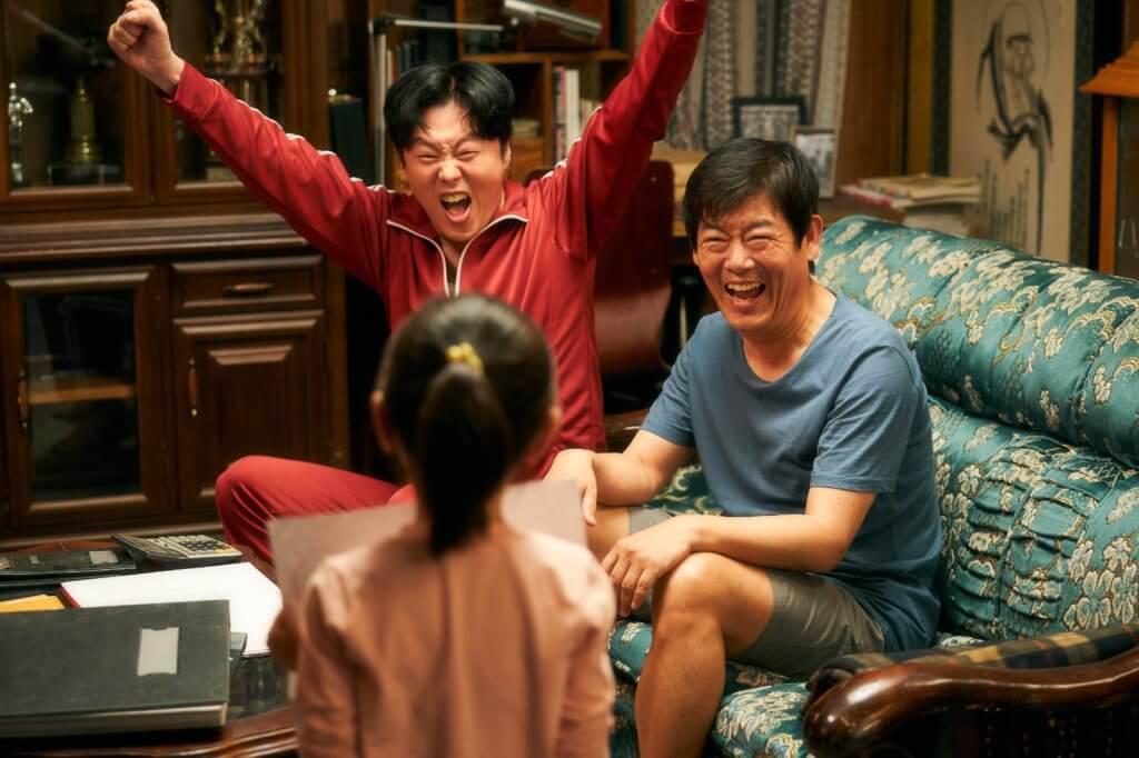 成東鎰和金熙元兩個大男人,與非親非故的女孩建立有如家人般的關係。
