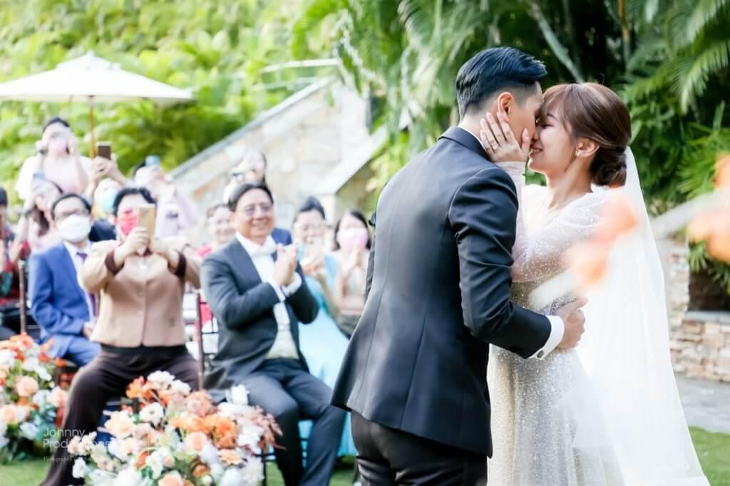 儀式完成後,一對新人當然要親吻對方,場面溫馨感人。