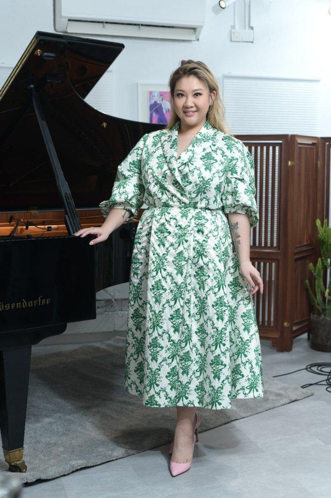 剛加盟寰亞的Joyce,這晚也唱了新歌《小夜燈》鋼琴伴奏版。