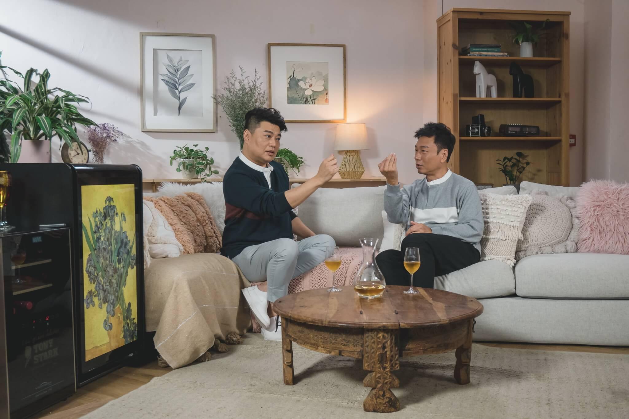 阮兆祥記得有一次在飯局上,吳君如突然拿起湯匙,他以為湯匙出了問題,豈知她將湯匙當作鏡子來照。