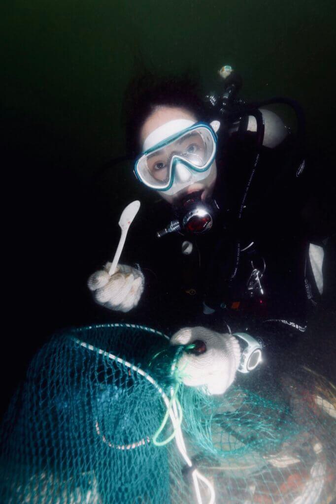 擁有十五年潛水經驗的她,現時推廣保育海底工作,相約義工清理垃圾。
