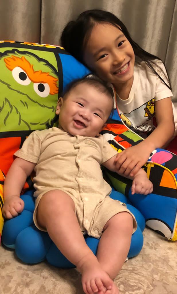 長女Krystal見到弟弟Kody如獲至寶,經常扮演小老師角色。