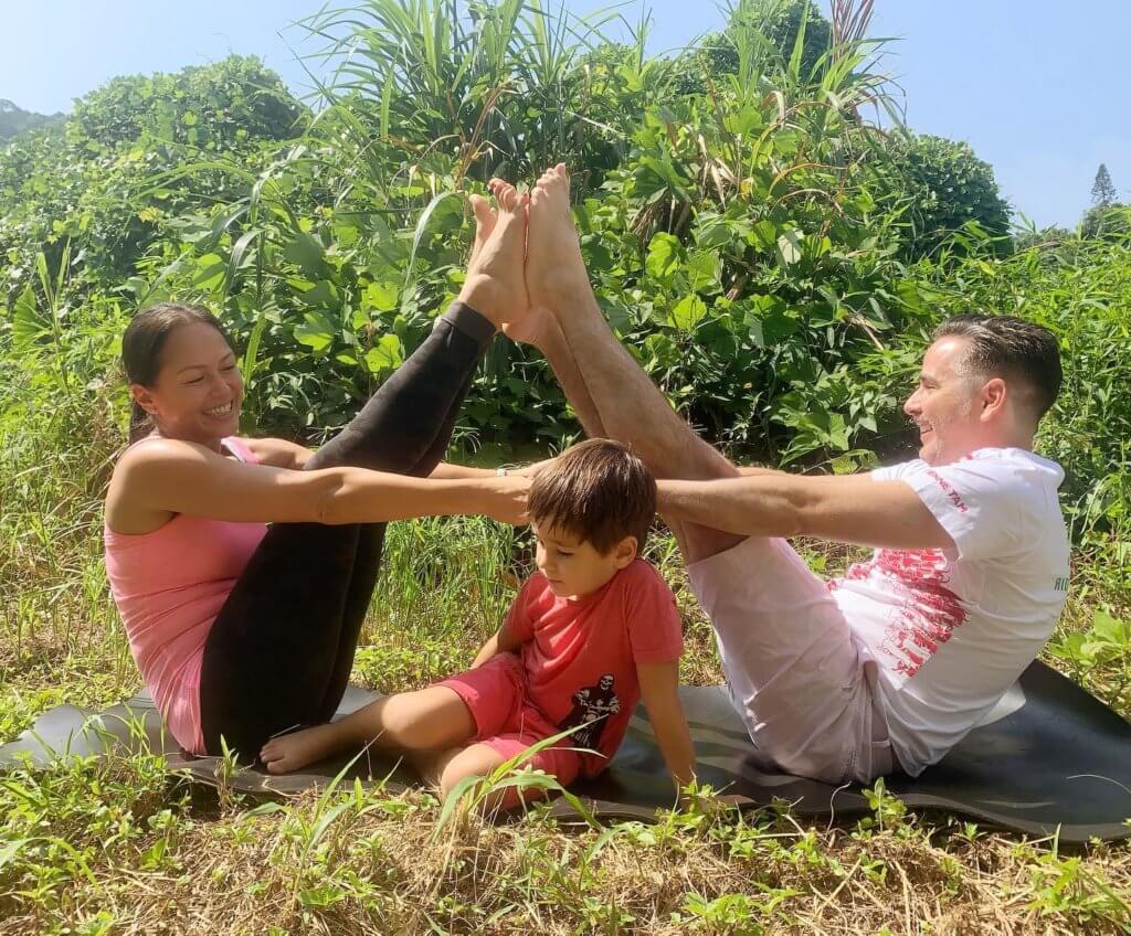 貝安琪與加拿大籍丈夫Simon Van Damme及兒子小龍不時一家三口玩瑜伽,是很好的親子互動。