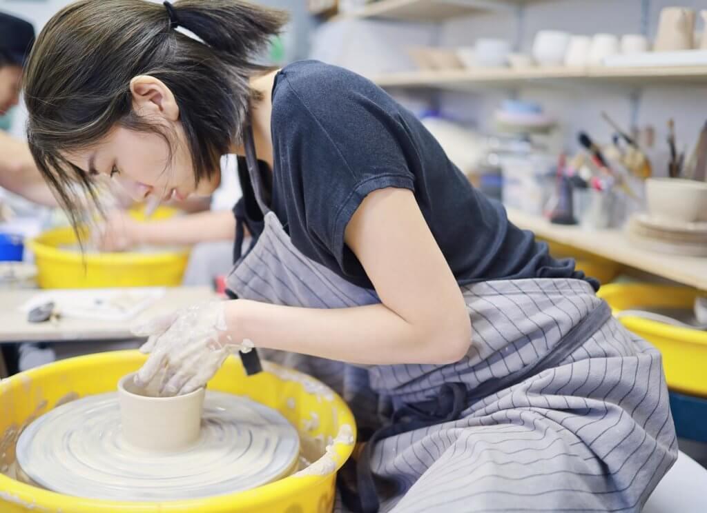 黃智雯興趣廣泛,除了喜歡運動,又有學插花及陶瓷製作。