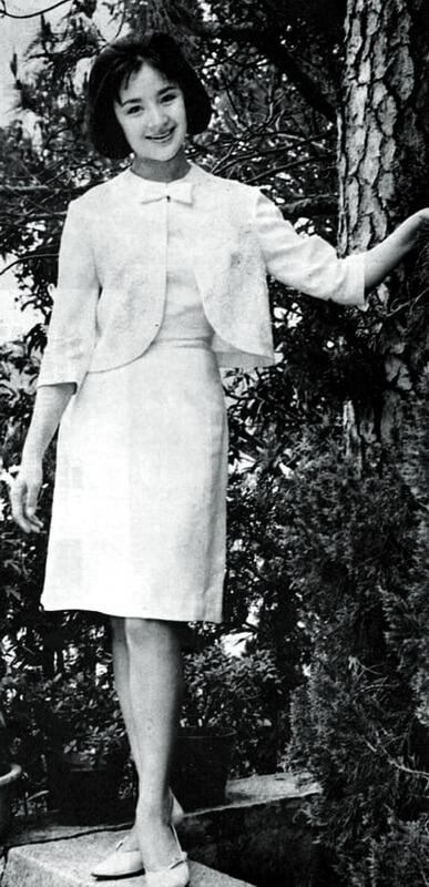 江青演《西施》時十八歲。她在《故人故事》中寫:「從影才一年,先演仙女,再扮閨秀(《狀元及第》),又在『巨片中的巨片』飾演頭號美女間諜。」電影六四年七月二十二日開鏡,在香港分上下集上映,是六六年五月。同年,電影贏得第四屆金馬獎最佳導演和最佳影片殊榮。