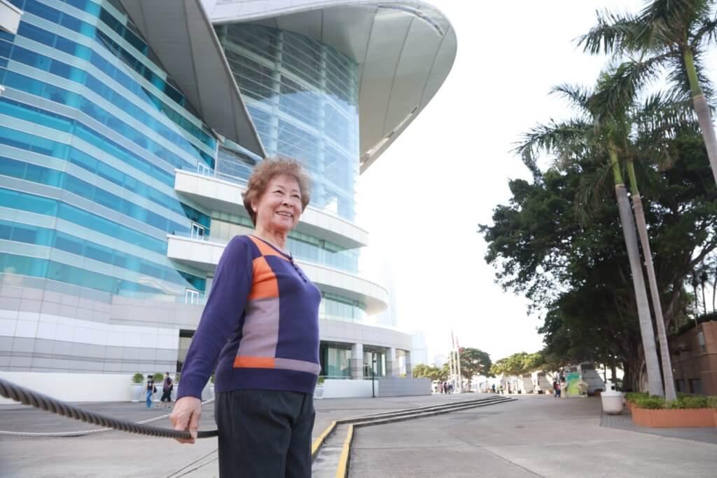 彭美嫦在香港出世,因為戰亂逃難到國內,退休後才回來香港定居。