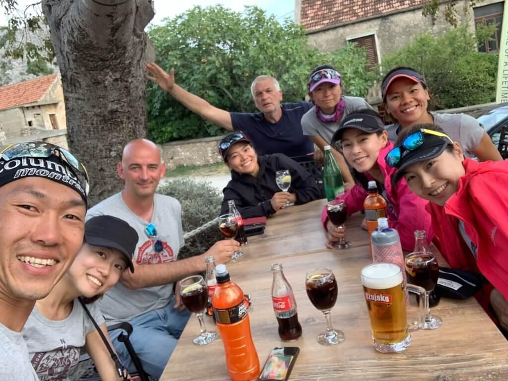 在克羅地亞玩了一百一十七公里賽事,賽後主辦單位和香港團隊慶祝。