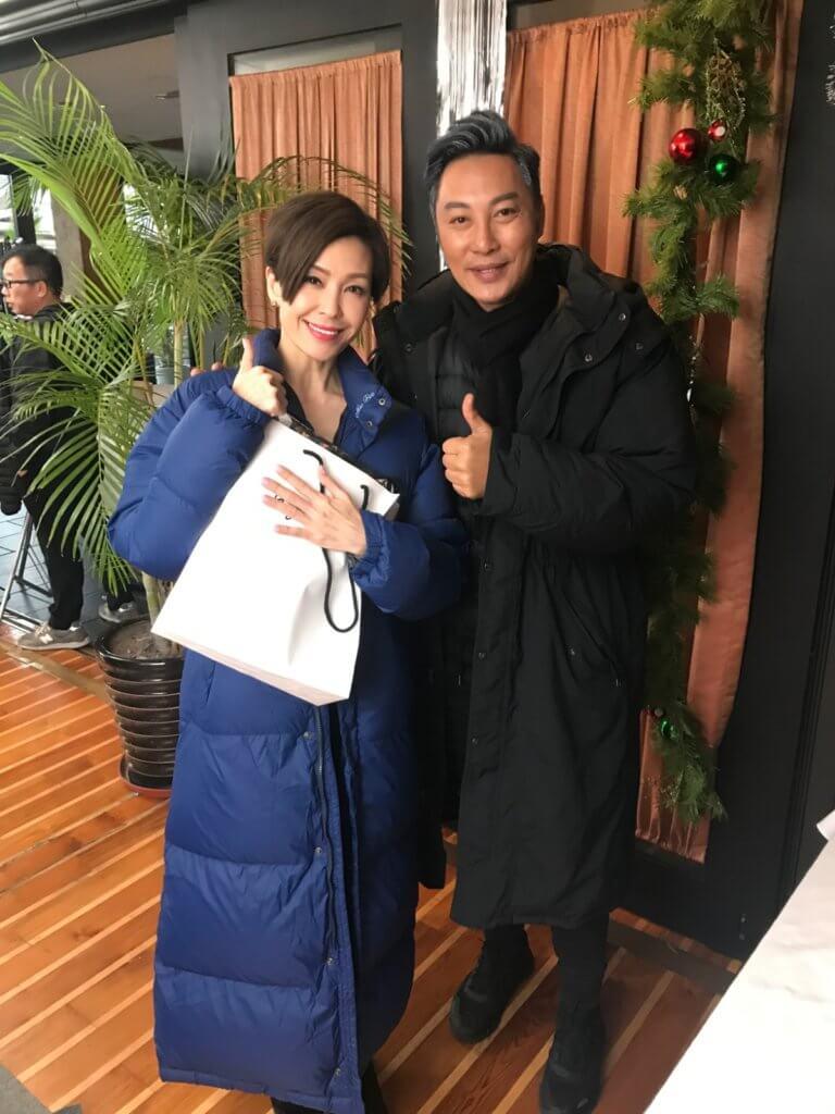 伍詠薇戲中飾演譚耀文前妻,適逢聖誕節,他送了一條頸巾給對方。