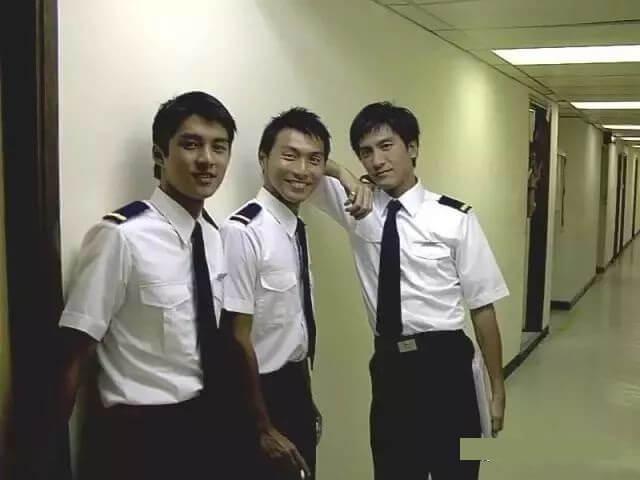 黃子恆 (中) 曾與馬國明等到澳洲拍《衝上雲霄》,演機師學員。