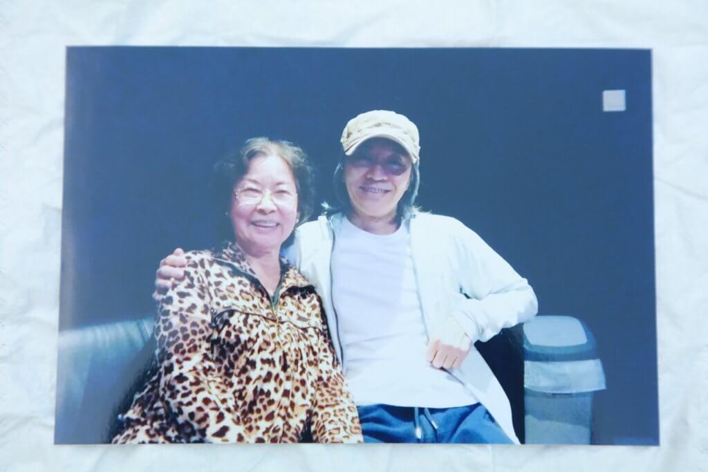 彭美嫦在電影《美人魚》擔任人魚師太的粵語配音,與導演周星馳合照。