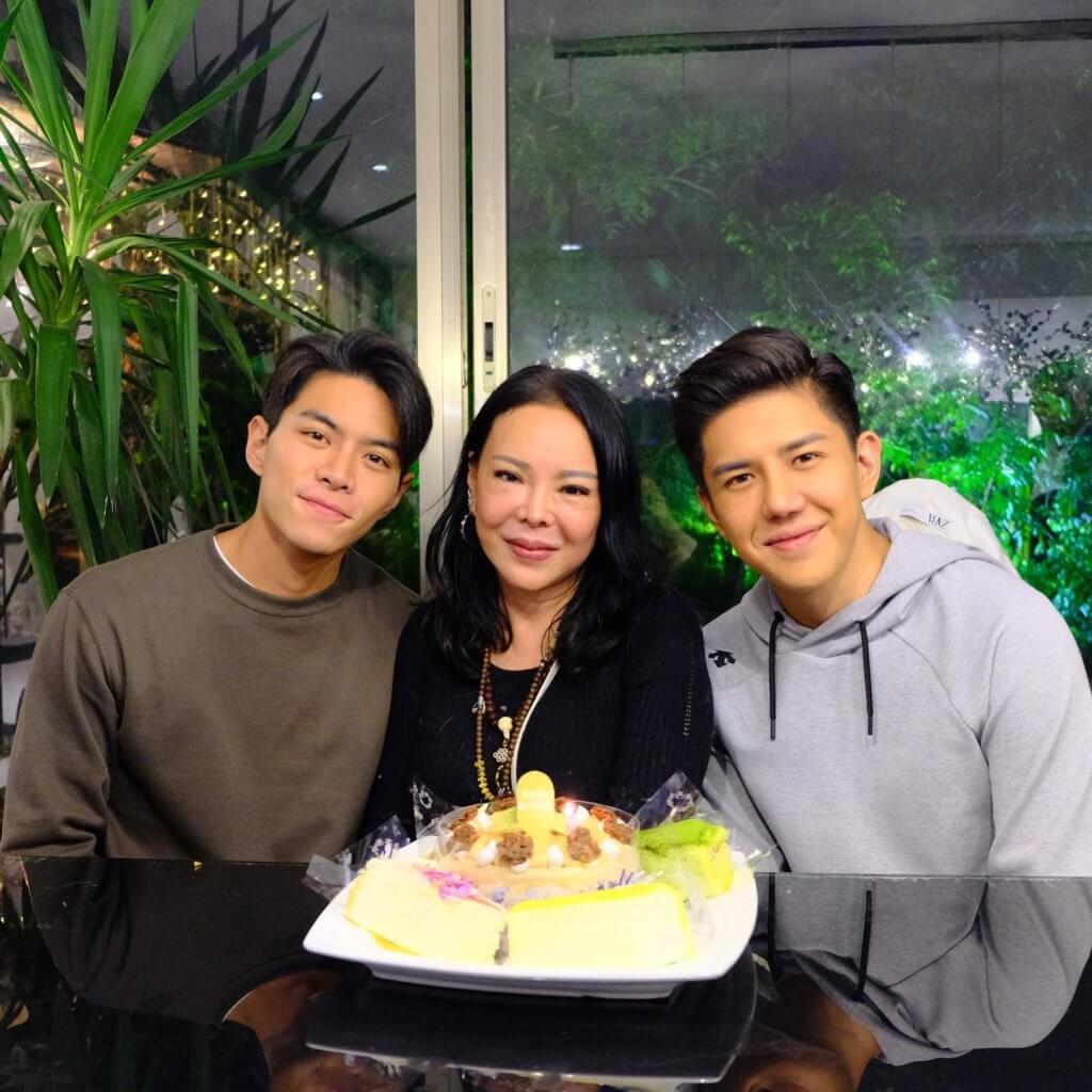 羅天宇與胡㻗兩兄弟非常疼愛母親,兩人的目標是買個安樂窩與媽媽同住。