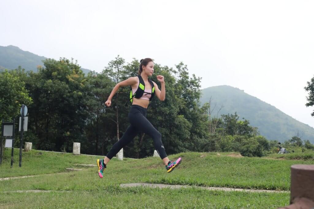 去年她跑了超過一千公里,有種用雙腳走大地感覺。
