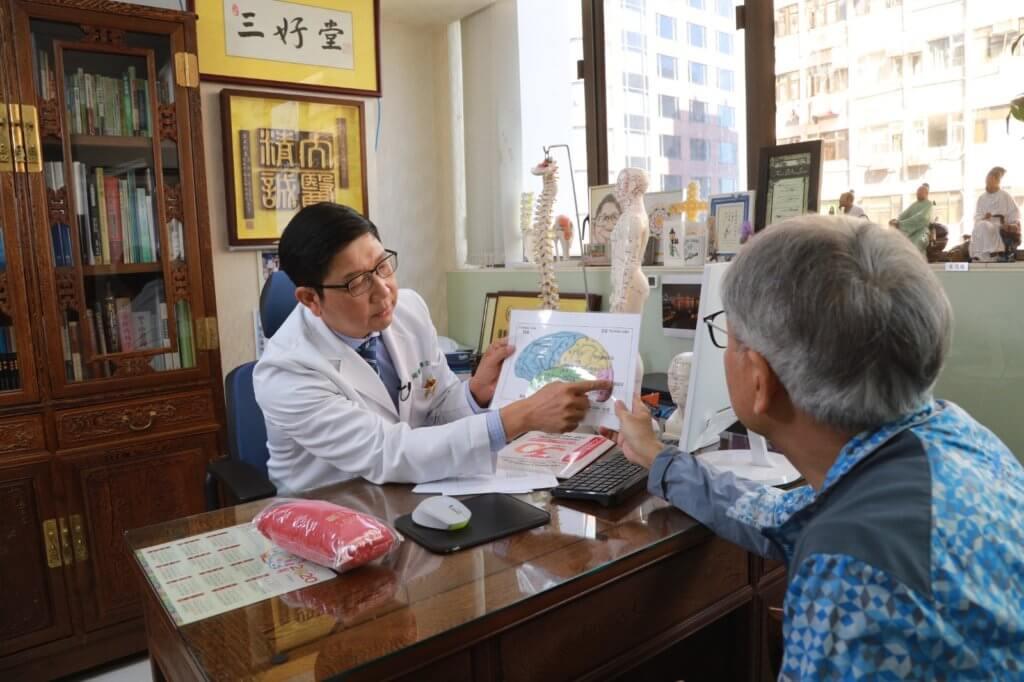 田啟文因好友李健仁中風,向周醫師了解針灸如何幫助中風患者康復。