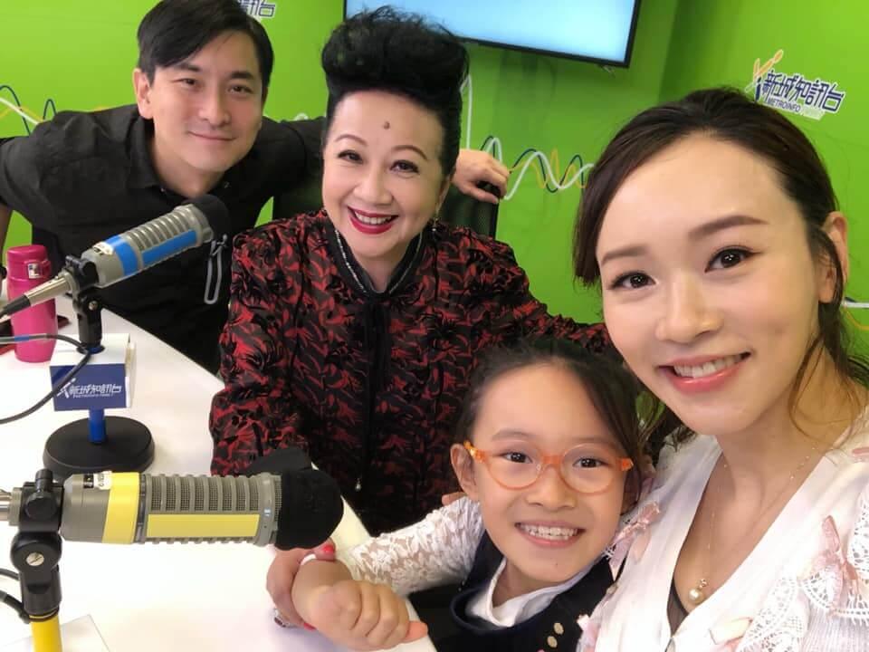 楊思琦與女兒Krystal在電台節目《開心大派對》接受薛家燕及范振鋒訪問,家燕姐大讚Krystal長高不少。