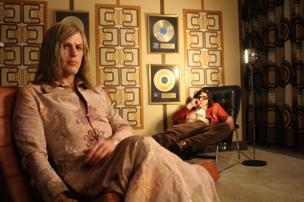 電影《大衛寶兒:無盡星塵》是一部非一般音樂傳記片,自製作以來大受爭議。