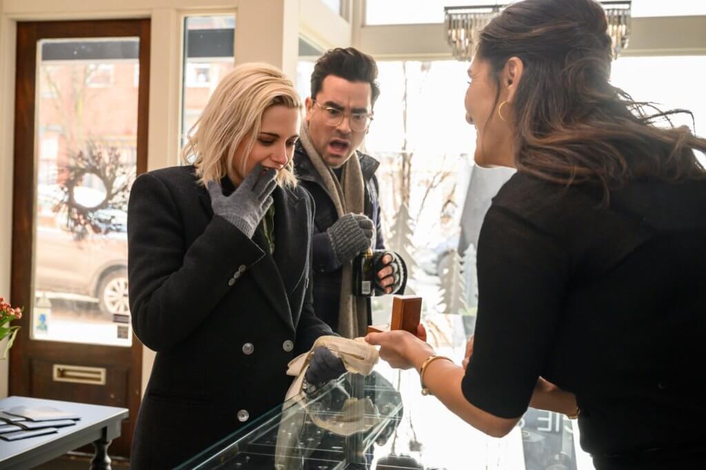片中姬斯汀買定婚戒向女友求婚,令「gay蜜」丹利維大吃一驚。