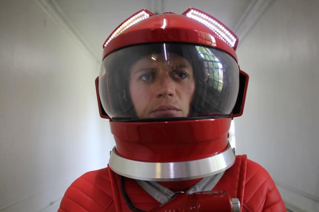 影片開場大玩《2001太空漫遊》經典迷幻場面