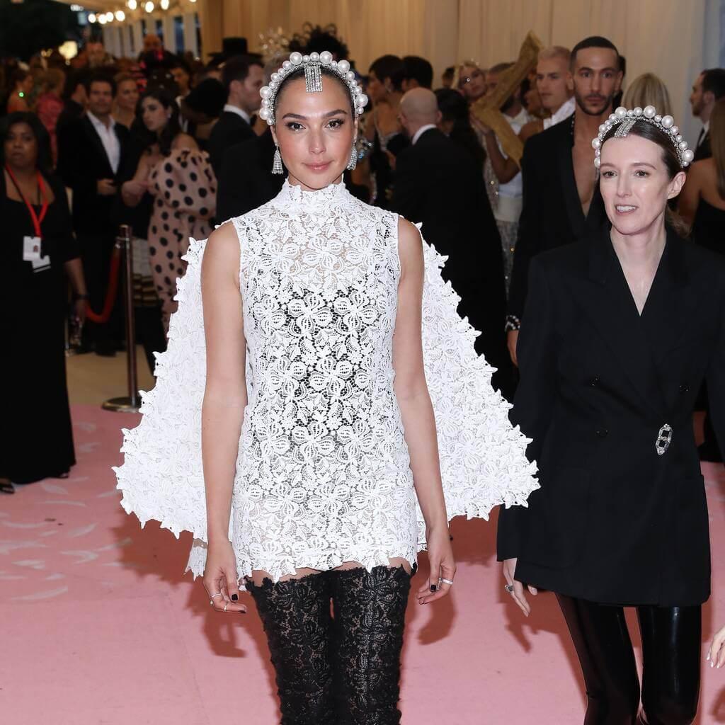 身為以色列小姐的姬兒,走紅後成為不少名牌的代言人及模特兒。