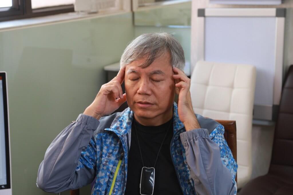周醫師教田啟文按壓太陽穴、風池穴及曲池穴,有助助降血壓預防中風。