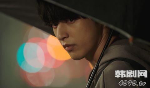 尹善宇飾演駭客文在雄,宅男一名,不過他跟南宮珉及李清娥在便利店相遇時,店舖立即停電,情況跟白夜村那三個小孩出現時一樣,看來,他就是第三人。