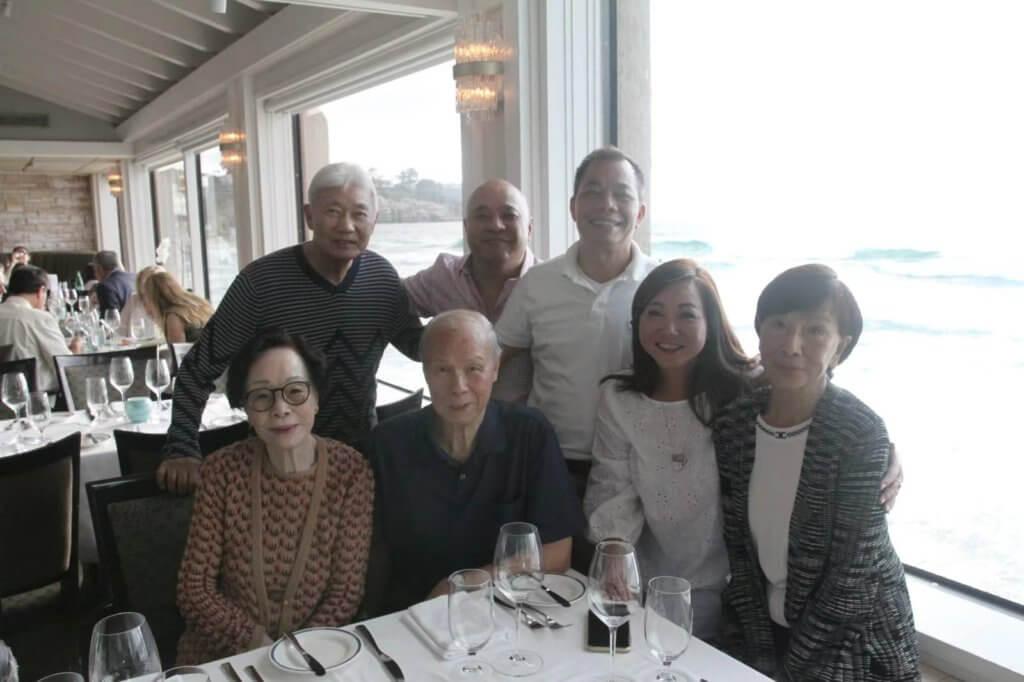 Peter(後排左一)對歐嘉慧(右一)非常周到,是朋友圈中出名的模範丈夫。