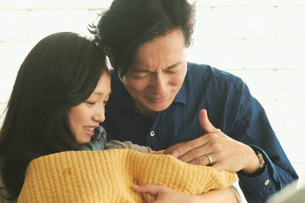 井浦新及永作博美片中幾經波折終於決定收養小孩,對他視如己出。