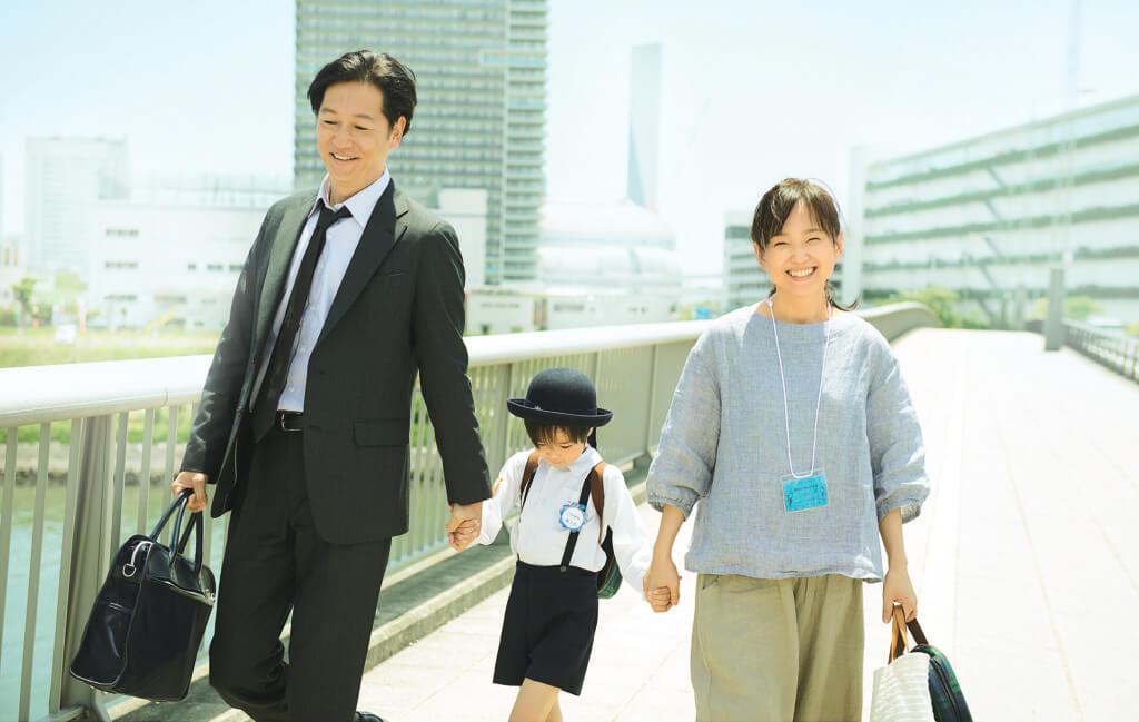 井浦新及永作博美在《晨曦將至》中扮演一對不育夫婦,收養了一名男孩。