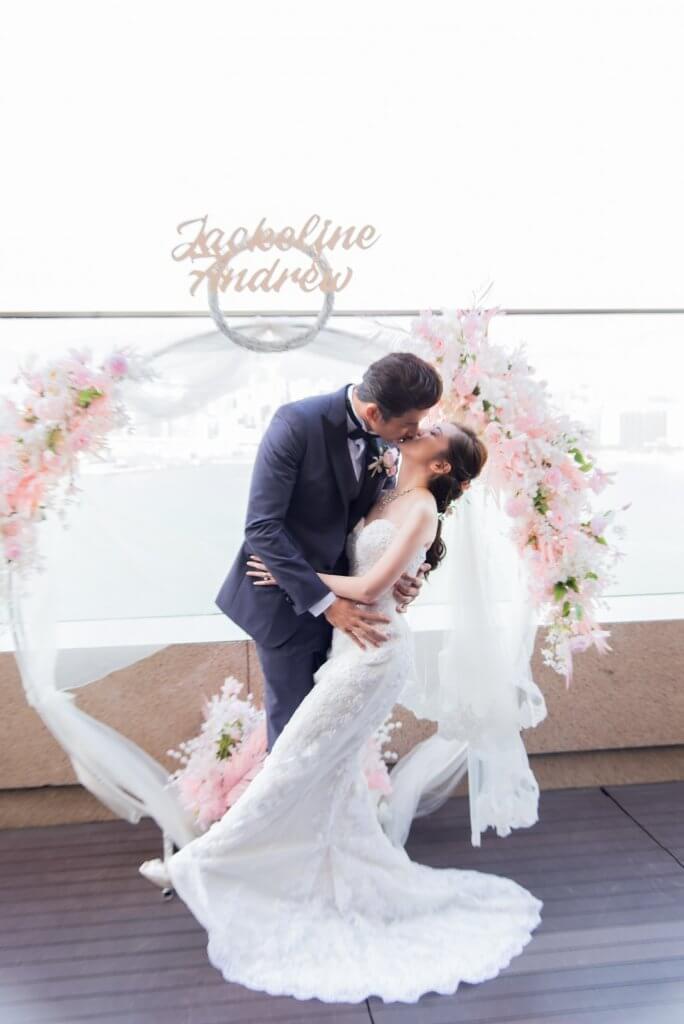 禮成,怎簡單的婚禮也要親吻吧!