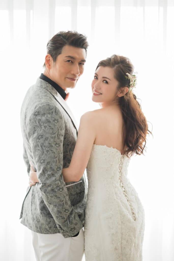 十二十八日,袁文傑低調娶妻。