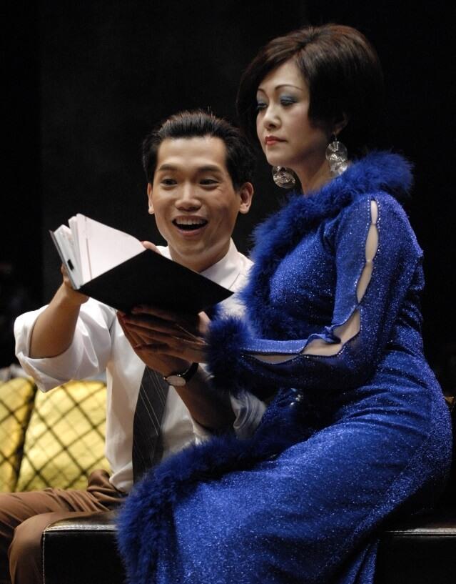 黃建東在香港話劇團做全職演員,與胡美儀合作演出《萬家之寶》。
