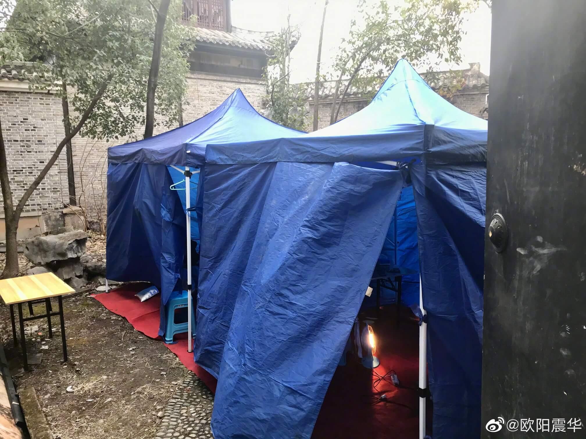 劇組為歐陽震華準備了帳篷休息