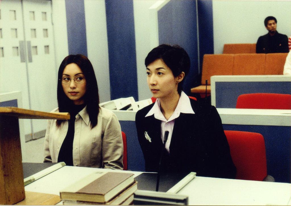 吳綺莉於○一年拍畢在無綫最後一套劇集《法網伊人》,便決定與女兒吳卓林赴上海生活。