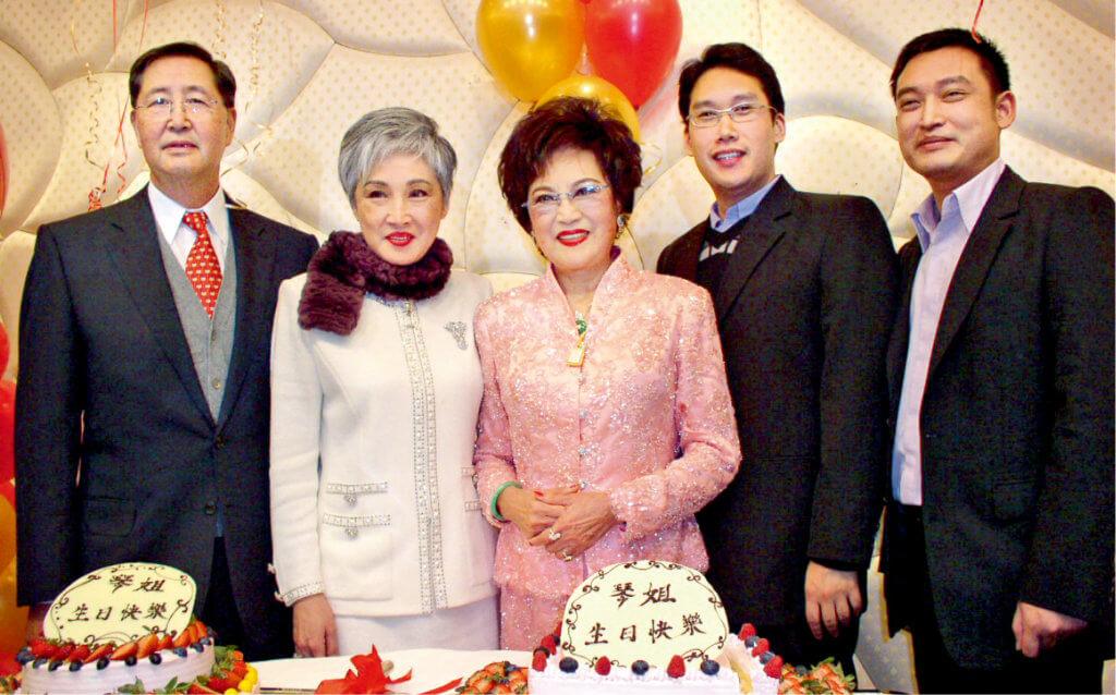 琴姐每年生日,女兒蕭紫筠、女壻及孫兒都為她慶生,這是八十二歲生辰所攝。