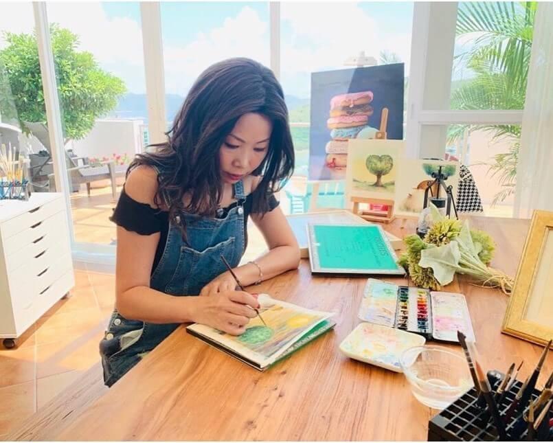 Maggie是全職畫家,以「Macaron」之名發展畫家事業,並開設自家網頁「Macaron Love Painting」。