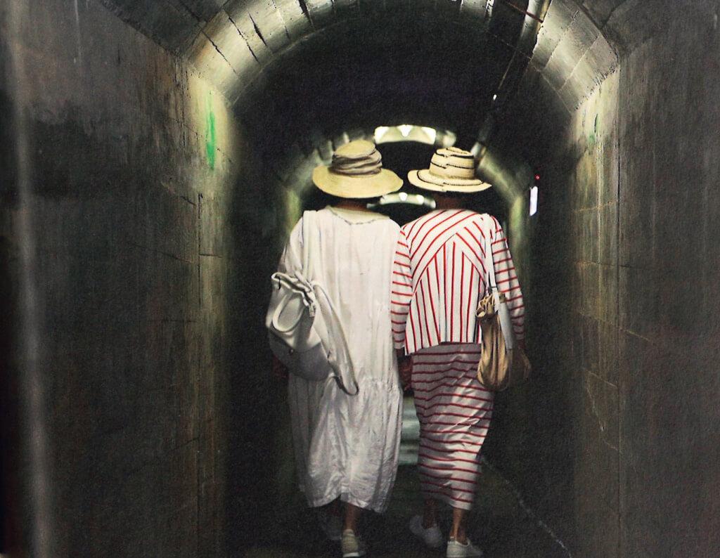兩代女星共赴武夷山。林青霞歸來人語:「我和江青手舞足蹈,一人一把紅扇子舞了起來。回到山下,導遊說我來回總共爬了六千個梯階。」這六千個梯階竟看似等閒,全因緣份締造忘我境界。(圖片提供:天地圖書 攝影:柳浩(2019))
